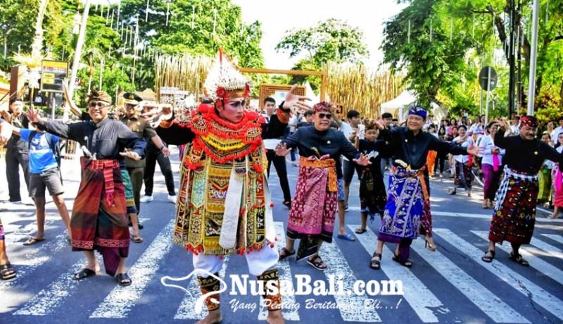 www.nusabali.com-walikota-ketua-dewan-menari-baris-flashmob