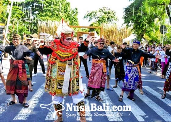 Nusabali.com - walikota-ketua-dewan-menari-baris-flashmob