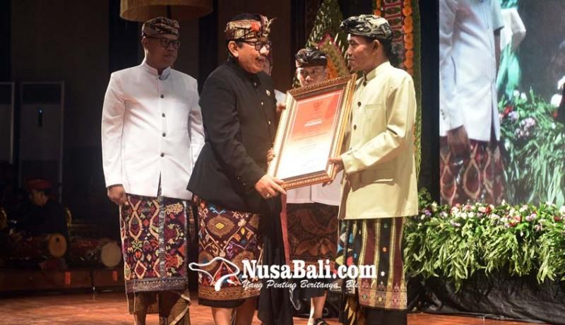 www.nusabali.com-sastrawan-ida-bagus-sunu-pidada-terima-bali-kerthi-nugraha-mahottama