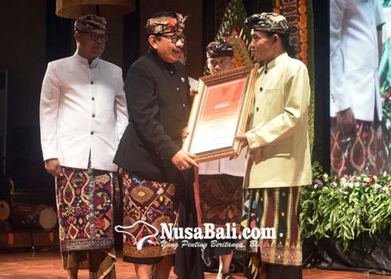 Nusabali.com - sastrawan-ida-bagus-sunu-pidada-terima-bali-kerthi-nugraha-mahottama