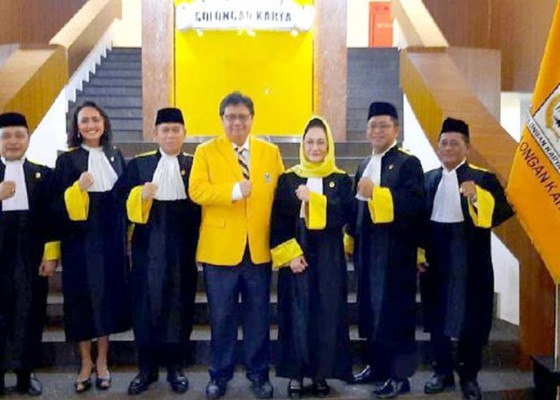 Nusabali.com - airlangga-lantik-7-hakim-mahkamah-golkar