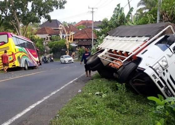 Nusabali.com - ditabrak-dari-belakang-truk-terperosok-ke-parit