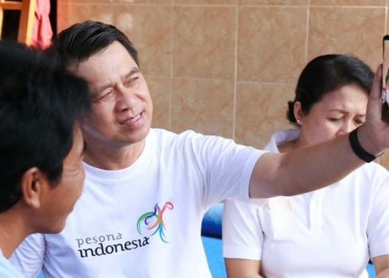 Nusabali.com - bupati-suwirta-sambangi-rumah-crew-kapal-diamond-princess-dari-klungkung