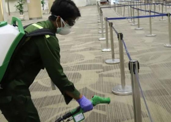 Nusabali.com - ap-i-semprotkan-disinfektan-di-bandara