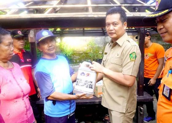Nusabali.com - kunjungi-korban-longsor-wabup-kembang-serahkan-bantuan