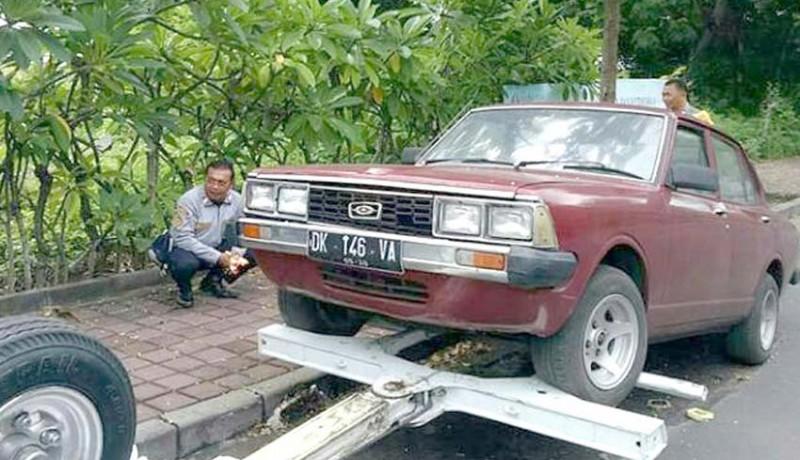 www.nusabali.com-parkir-tiga-bulan-mobil-tak-bertuan-diderek-dishub