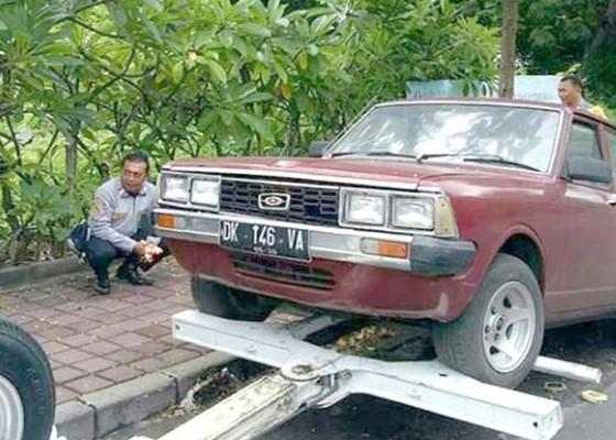 Nusabali.com - parkir-tiga-bulan-mobil-tak-bertuan-diderek-dishub