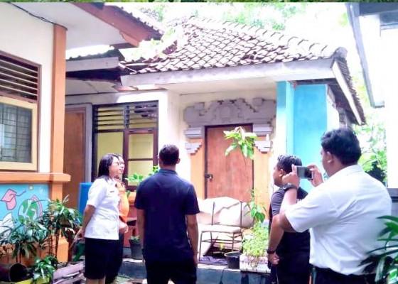 Nusabali.com - ambruk-atap-bangunan-bekas-mes-guru-sdn-4-benoa