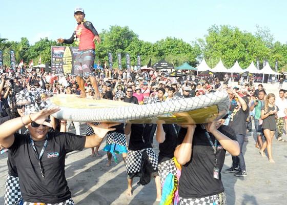 Nusabali.com - papan-surfing-raksasa