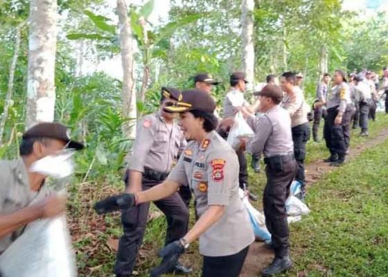 Nusabali.com - angkut-material-460-anggota-polres-karangasem-dijejer-berantai-sejauh-1500-meter