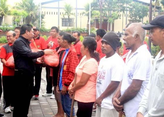 Nusabali.com - arisan-pejabat-25-kk-miskin-dapat-bingkisan-sembako