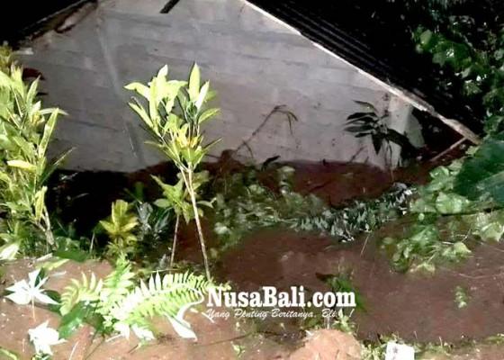 Nusabali.com - hujan-deras-rumah-warga-di-tista-nyaris-tertimbun-tanah