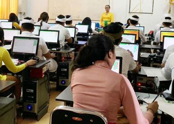 Nusabali.com - usbn-sma-di-kota-denpasar-belum-wajib-pakai-komputer