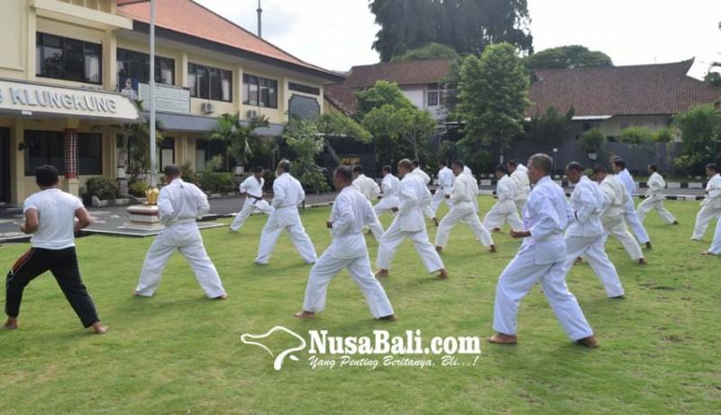 www.nusabali.com-37-personel-polres-klungkung-ujian-beladiri