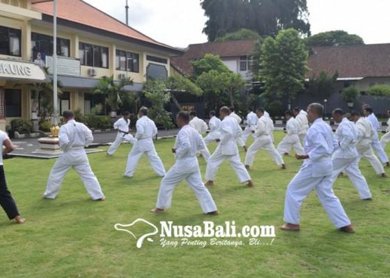 Nusabali.com - 37-personel-polres-klungkung-ujian-beladiri