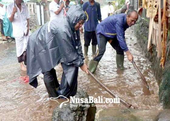 Nusabali.com - got-tersumbat-air-meluap-di-depan-smpn-1-amlapura