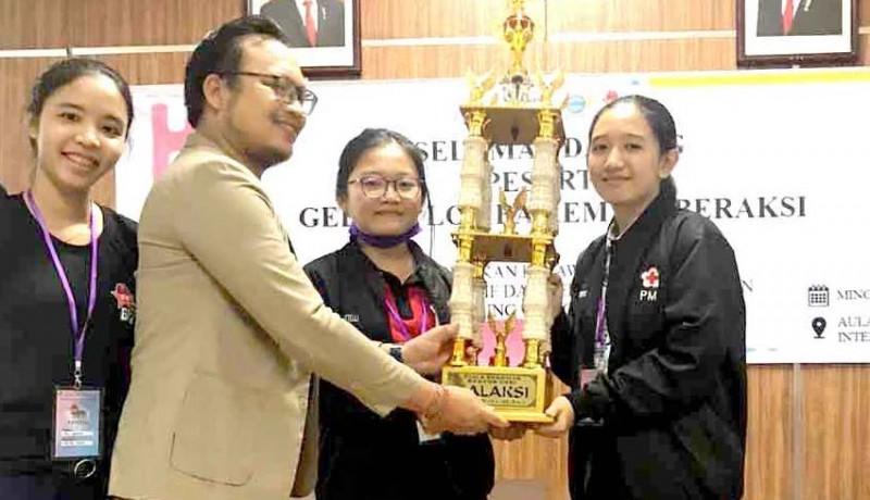 www.nusabali.com-sman-2-amlapura-boyong-piala-rektor