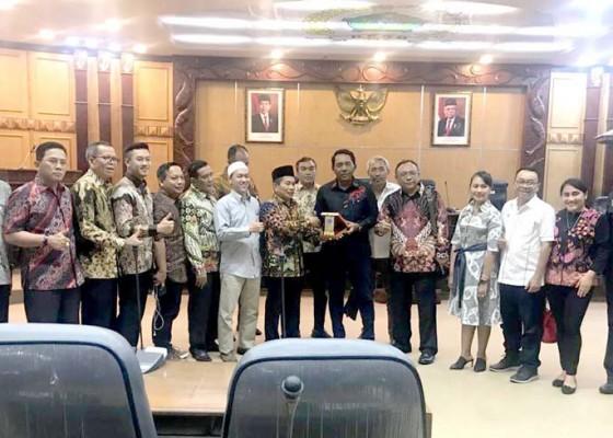 Nusabali.com - gali-informasi-penerapan-permendagri-902020-dprd-badung-kunker-ke-pemkab-sidoarjo