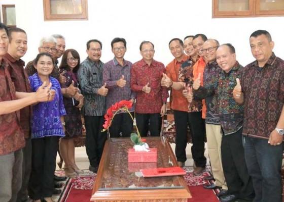 Nusabali.com - gubernur-minta-pwi-bali-bumikan-nangun-sat-kerthi-loka-bali