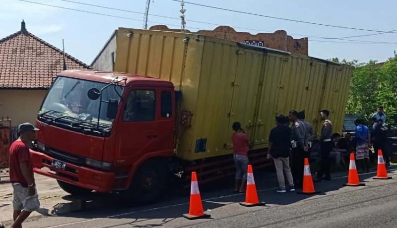 www.nusabali.com-atret-truk-tronton-tabrak-kendaraan-parkir