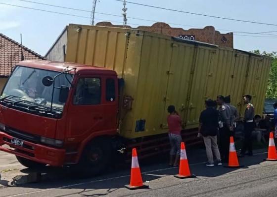 Nusabali.com - atret-truk-tronton-tabrak-kendaraan-parkir