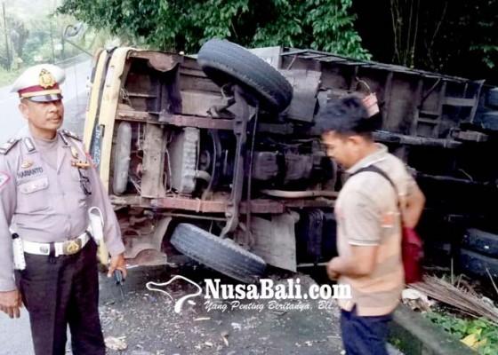 Nusabali.com - rem-angin-habis-truk-terguling-di-tanjakan-samsam