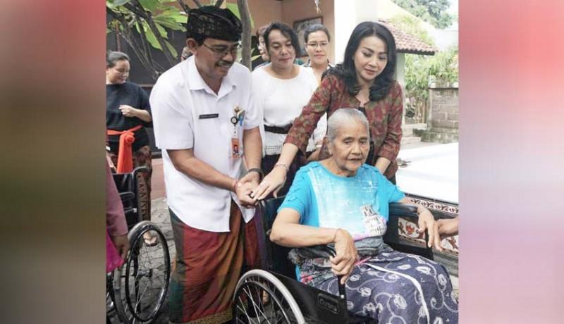 www.nusabali.com-bantuan-kursi-roda-kepada-lansia-dan-disabilitas