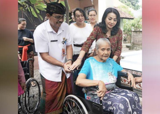 Nusabali.com - bantuan-kursi-roda-kepada-lansia-dan-disabilitas
