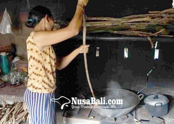 Nusabali.com - krama-di-kecamatan-selat-sibuk-buat-dodol