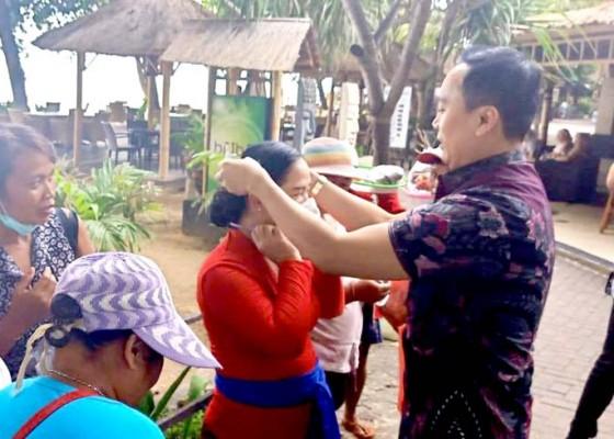 Nusabali.com - supadma-rudana-bagi-bagi-masker-gratis