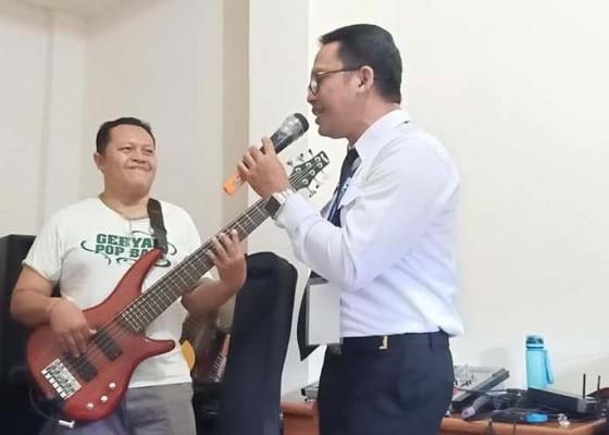Nusabali.com - agung-wirasutha-nyanyikan-om-namah-siwa-ya