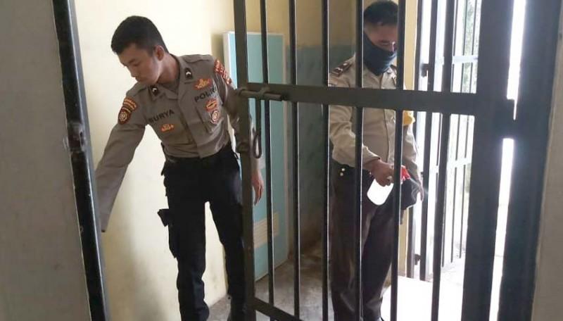 www.nusabali.com-ruangan-tahanan-polres-disterilisasi