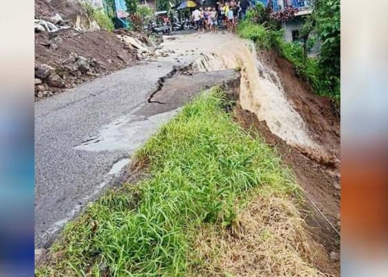 Nusabali.com - hujan-deras-jalan-penghubung-desa-lemukih-sekumpul-ambles