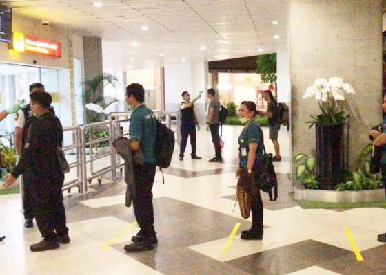 Nusabali.com - cegah-penyebaran-covid-19-ap-i-terapkan-jarak-aman-saat-antre-di-bandara