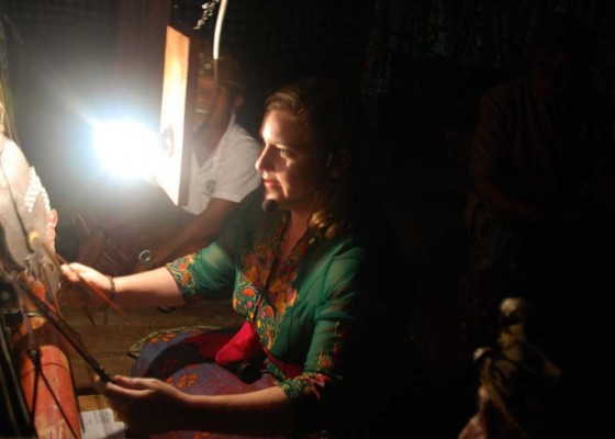 Nusabali.com - dua-bule-wanita-pentas-wayang-kulit-dengan-lakon-sama