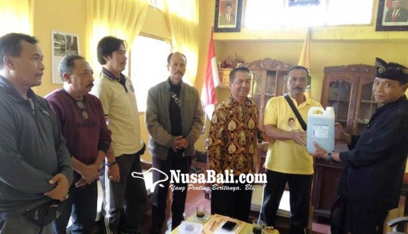 www.nusabali.com-cegah-corona-golkar-bangli-bagi-bagi-hand-sanitizer