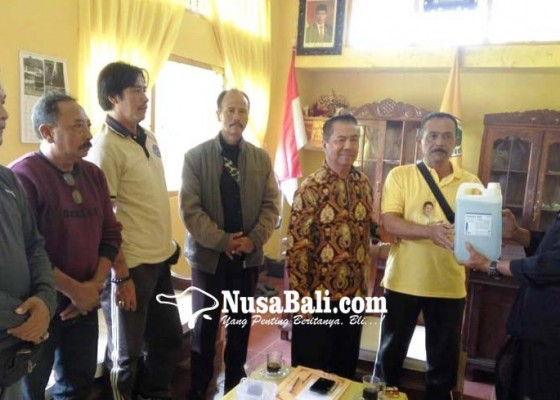 Nusabali.com - cegah-corona-golkar-bangli-bagi-bagi-hand-sanitizer