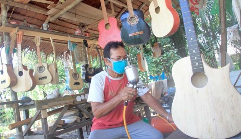 www.nusabali.com-perajin-gitar-akustik