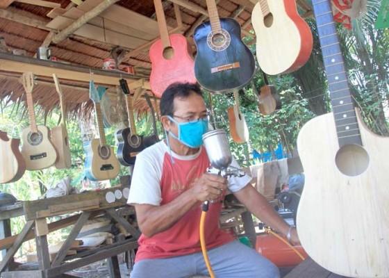 Nusabali.com - perajin-gitar-akustik