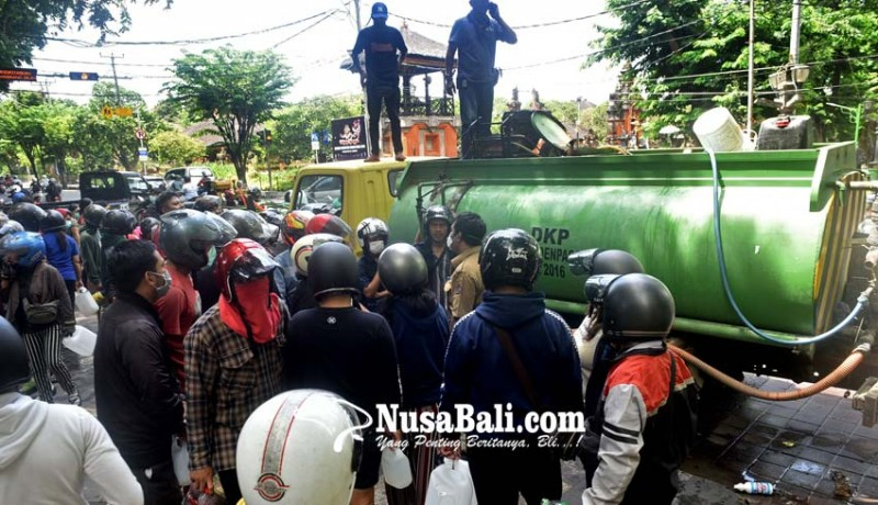 www.nusabali.com-rebutan-disinfektan-kerumunan-warga-dibubarkan-paksa