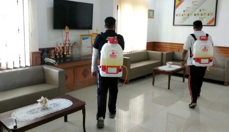 www.nusabali.com-petugas-spraying-pengadilan-gianyar