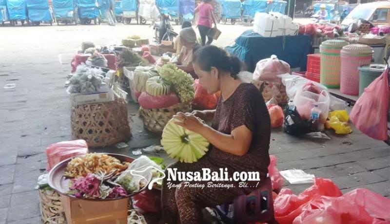 www.nusabali.com-pedagang-canang-gigit-jari
