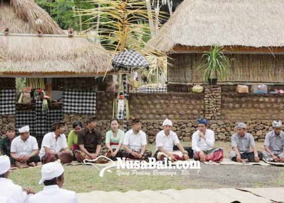 Nusabali.com - desa-dukuh-penaban-bagikan-bantuan-beras