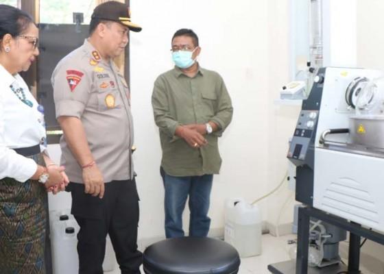 Nusabali.com - gandeng-pakar-farmasi-unud-polda-bali-olah-arak-jadi-hand-sanitizer-disinfektan
