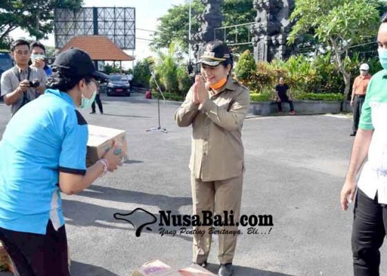 Nusabali.com - bupati-bagikan-1400-liter-disinfektan