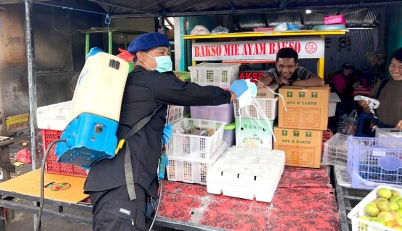 www.nusabali.com-demokrat-bangli-semprot-disinfektan-dan-bagi-masker
