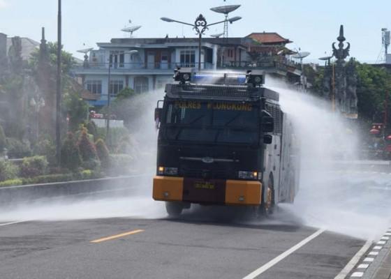 Nusabali.com - semprotkan-disinfektan-polres-kerahkan-water-canon