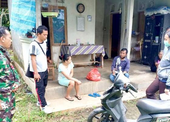 Nusabali.com - aparat-desa-antosari-serahkan-bantuan-sembako-bagi-10-odp