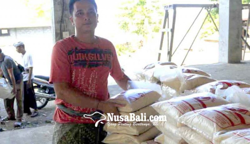 www.nusabali.com-desa-adat-dukuh-penaban-salurkan-53-ton-beras