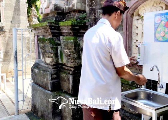 Nusabali.com - masuk-areal-kantor-bupati-jembrana-cek-suhu-tubuh-dan-wajib-cuci-tangan